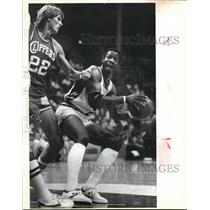 1983 Press Photo San Antonio Spur Gene Banks defended by Clipper Tom Chambers