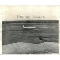 1960 Press Photo Jet Plane taxis to stop moments after landing - nob08177