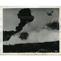 1942 Press Photo Plane and tanks on ground warfare in mass assaults - nem52936
