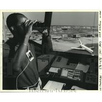 1990 Press Photo Air traffic controller Dale Campo at New Orleans International