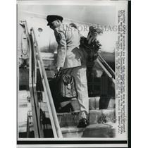 1958 Press Photo Crawford Terry carries president's golf equipment onto plane