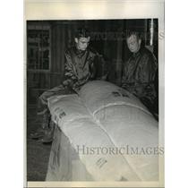 1941 Press Photo The 501st Parachute Battalion soldiers pack own parachutes