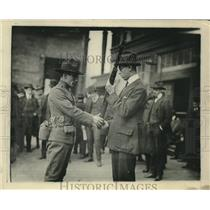 1917 Press Photo soldier teaching a civilian riflemanship at Governor's Island