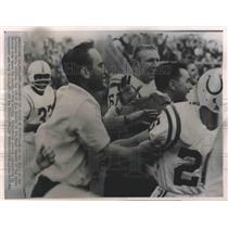 1964 Press Photo Don Shula clutches arm of Alex Hawkins at final moment of game.