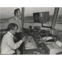 1975 Press Photo Air Controllers Bill Bice and John May III monitor skies