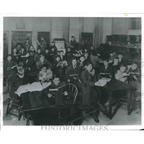 1912 Press Photo Students in library at Detroit Street Social Center.