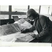 Press Photo Rosalind Mapping her Flight at Rochester Airport - KSB62301