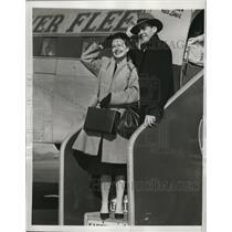 1946 Press Photo Couple board an airline bound for Miami - nem57691