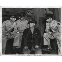 1942 Press Photo San Antonio Aviation Cadets question Chaplain Edward Burns