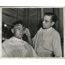 1942 Press Photo Aviation Cadet gets haircut in the San Antonio Cadet Center