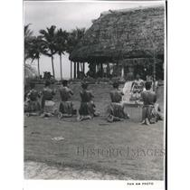 1982 Press Photo Samoans in tribal dances and rituals near their open air huts.