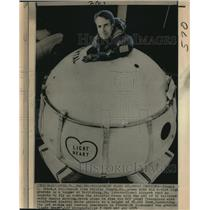 "1974 Press Photo Balloonist Thomas Gatch inside ""Light Heart,"" gondola"