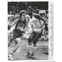 1979 Press Photo 76ers Guard Driving Around Pacers - RRQ51135