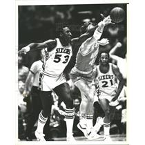 1977 Press Photo Darryl Dawkins 76ers Rudy Tomjanovich - RRQ63013