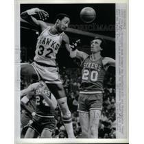 1980 Press Photo Dan Roundfield Atlanta Doug Collins - RRQ43881