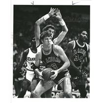 1982 Press Photo NBA Spurs Olberding Nuggets Gondrezick - RRQ63009