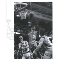 1988 Press Photo Sacramento Kings Player Thorpe Dunk - RRQ64101