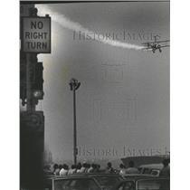 1982 Press Photo Plane Show Green Light To Land - RRQ29801