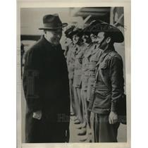 1941 Press Photo Prime Minister Robert Menzies smiles with the Australian Troops