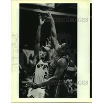 1986 Press Photo The Spurs and Pistons play NBA basketball - sas13250