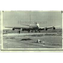 1969 Press Photo A Boeing 747 jet airliner touches down at Kennedy Airport, N.Y.