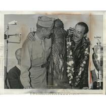 1946 Press Photo Maj GE Lundquist & Alvin Tex Johnson with a trophy