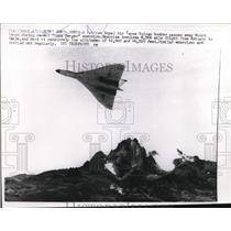 1960 Press Photo British Royal Air Force Vulcan Bomber over Mountain Kenya