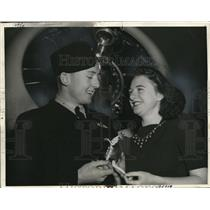 1940 Press Photo Lillian Shea  presents souvenir to new pilot Keith Robinson