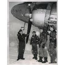 1954 Press Photo American airmen stand in snow after  landing in Germany