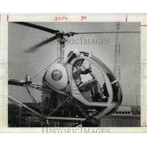 1974 Press Photo Houston Mayor Fred Hofheinz flies in helicopter over City Hall