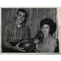 1962 Press Photo Chicago Bears football player, Ronnie Bull with wife & pet dog