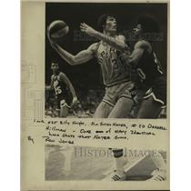 1975 Press Photo San Antonio Spurs basketball player Swen Nater and opponents