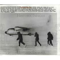 1968 Press Photo Navy men run to Navy Operation Deep Freeze Hercules plane