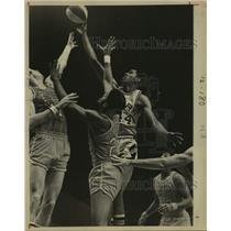 1975 Press Photo San Antonio Spurs and Spirits of St. Louis play ABA basketball