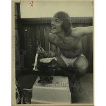 1975 Press Photo San Antonio Spurs basketball player George Karl and hibachi