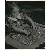 1939 Press Photo Patsy Hoffman of Richards School, Whitefish Bay, finger paints
