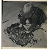 1939 Press Photo Teddy Bowers of Richards School in Whitefish Bay, finger paints