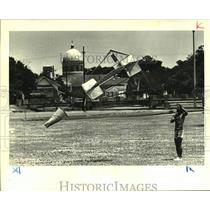 1988 Press Photo Kermit Borden a work laborer prepares a giant kite for flight