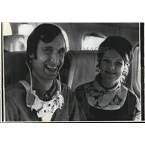 1972 Press Photo Injured Cincinnati Bengals player, Ken Dyer with wife, Pam