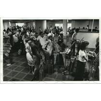 1982 Press Photo People wait at custom lines at Houston Intercontinental Airport
