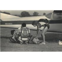1983 Press Photo Ground Practice For Parachuting Club Members Prior To Jump
