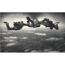 1985 Press Photo Phil & Carol Goetsch flanks 1st-time sky diver, Roger Salick