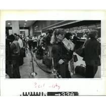 1986 Press Photo Diane Phillips and others check in at Houston airport