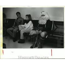 1987 Press Photo James Chronister dressed as Santa at Houston Int Airport