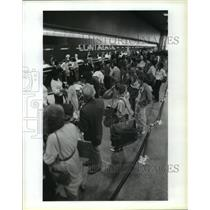 1987 Press Photo Long lines at Continental ticket counter at Houston Airport