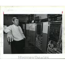 1989 Press Photo IAH air traffic control manager Jim Sinon next to computers