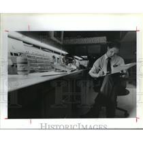 1989 Press Photo IAH traffic Management Coordinator Thor Cornell at desk