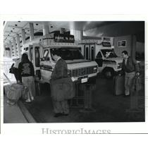 1990 Press Photo Houston IAH airport passengers board Park 'N' Fly shuttle van