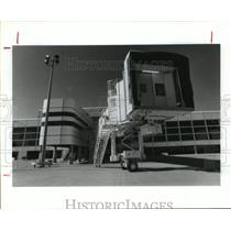 1990 Press Photo Jetway to Mickey Leland Int Airlines building at IAH in Houston