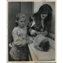 1970 Press Photo Kathy McCord changes diaper at Houston Intercontinental Airport
